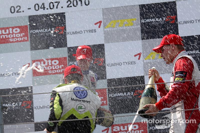 Race winnaar Edoardo Mortara, Signature Dallara F308 Volkswagen, 2de Marco Wittmann, Signature Dallara F308 Volkswagen, 3de Valtteri Bottas, ART Grand Prix Dallara F308 Mercedes