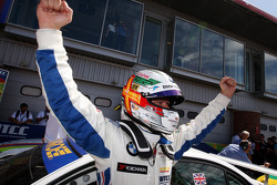 Andy Priaulx, BMW Team RBM, BMW 320si celebra su triunfo