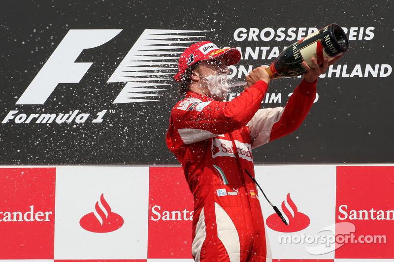 Подіум: переможець гонки Фернандо Алонсо, Ferrari