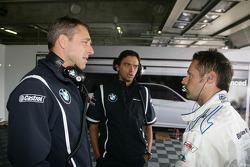 Bart Mampaey, Team Principal, BMW Team RBM spreekt met Andy Priaulx BMW Team RBM BMW 320si