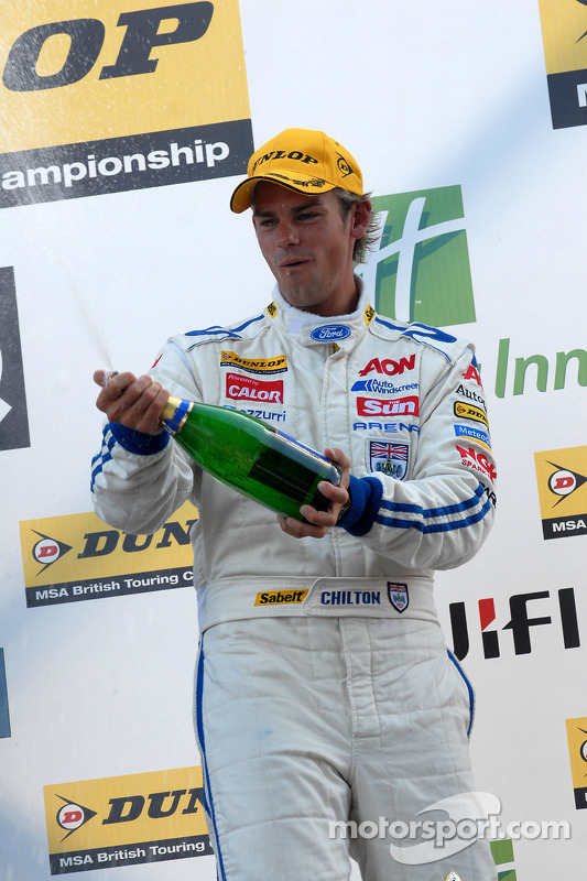 Tom Chilton spuit champagne