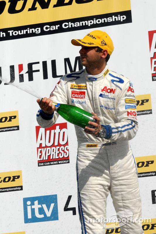 Tom Onslow-Cole met champagne
