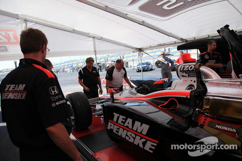 Auto van Ryan Briscoe, Team Penske bij de technische keuring
