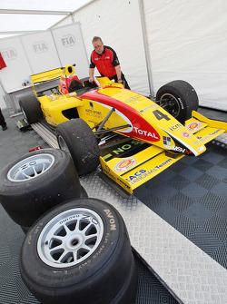 F2 engineers werken aan de auto van Benjamin Bailly
