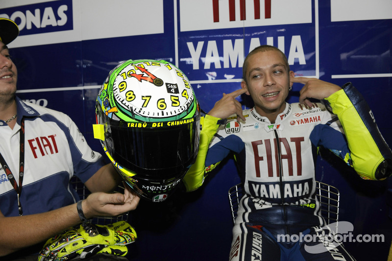 Valentino Rossi, Fiat Yamaha Team muestra su casco especial