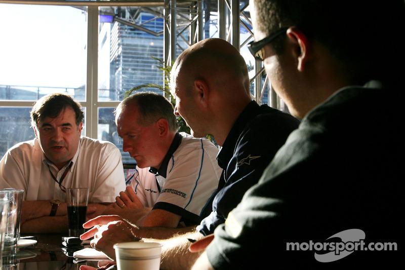 Tim Routsis en Mark Gallagher, General Manager Cosworth F1 met de media