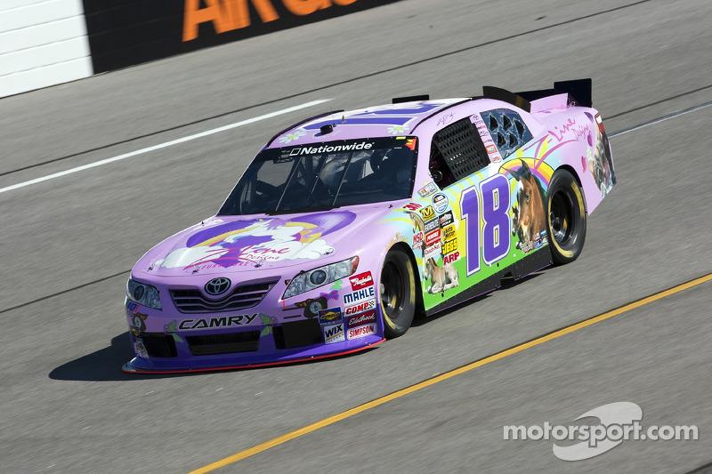 El rosa tiene cierta tradición en NASCAR: este era el coche de Kyle Busch de Nationwide en Richmond en 2010