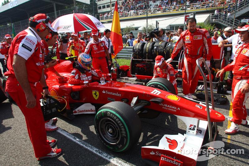 Фернандо Алонсо (Ferrari) на стартовій решітці