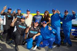 Victory lane: race winnaar Greg Pursley met team