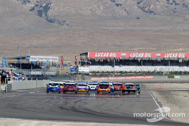 ST start: #91 APR Motorsport Volkswagen GTI: Ian Baas, Aaron Povoledo, #31 i-MOTO Mazda Speed 3: Glenn Bocchino, Todd Lamb