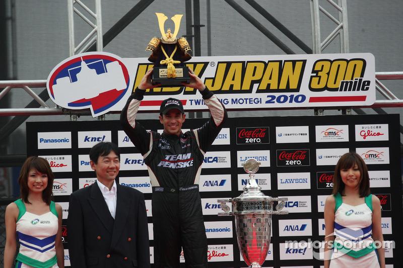 Podium: race winnaar Helio Castroneves, Team Penske
