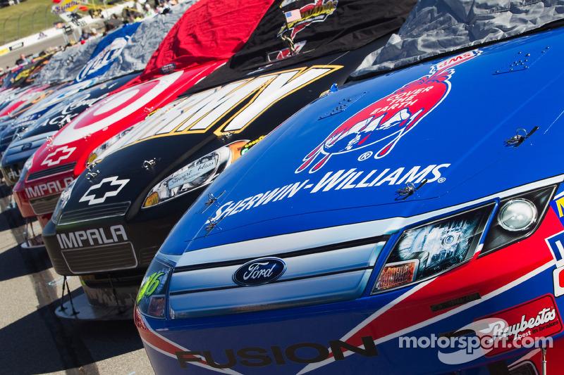 Auto's in de pitstraat voor de start
