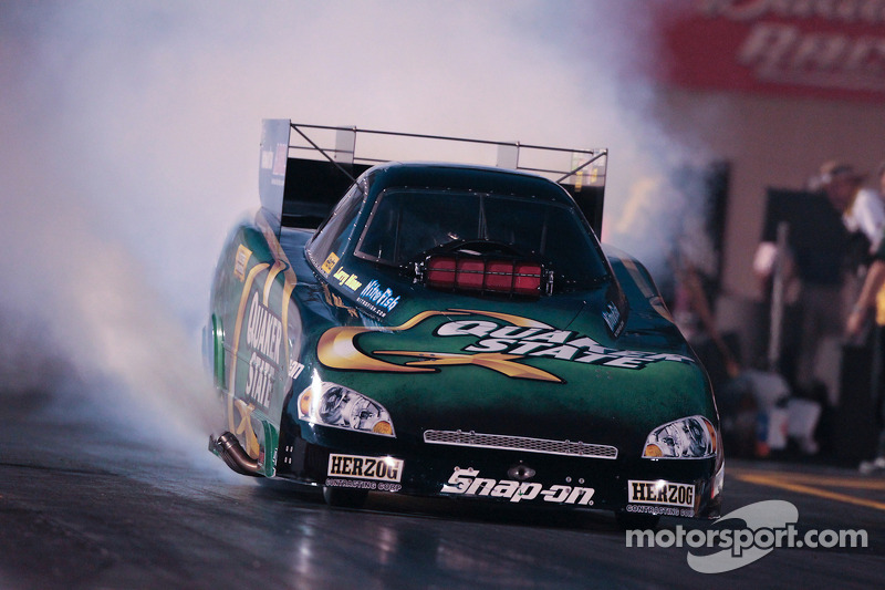 Tony Pedregon, burnout in de Quaker State Impala Funny Car