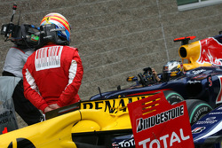 Fernando Alonso, Scuderia Ferrari has a look on the other cars