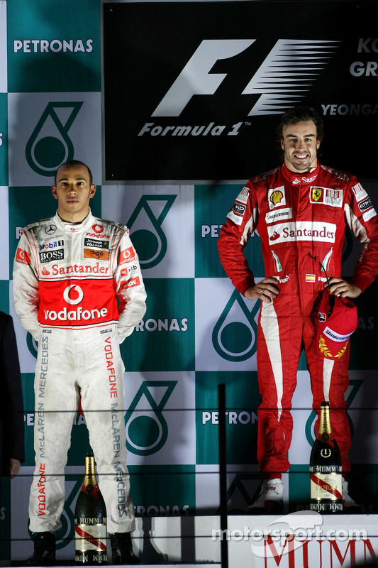 Podium: race winnaar Fernando Alonso, Scuderia Ferrari, 2de Lewis Hamilton, McLaren Mercedes