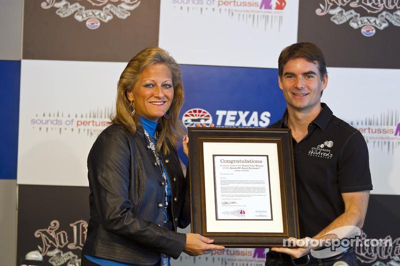 Maria Bennett, fan de NASCAR et vainqueur d'un concours de chant, rencontre son pilote favori Jeff Gordon