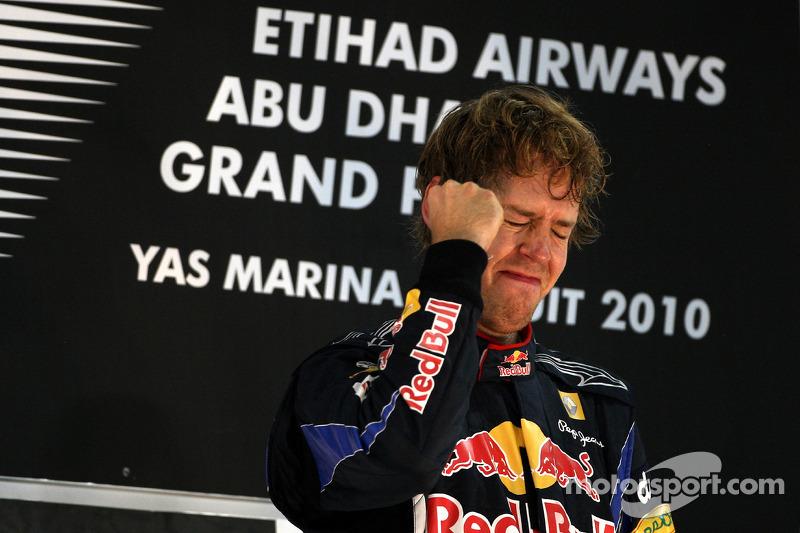 Podio: ganador de la carrera y Campeón de mundial de Fórmula Uno 2010 Sebastian Vettel, Red Bull Racing celebra