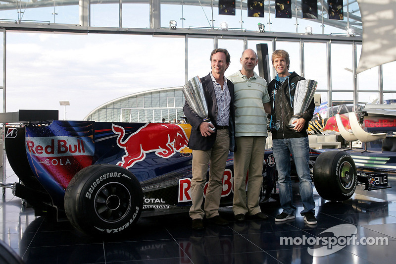 Teambaas Christian Horner, chief technical officer Adrian Newey en Sebastian Vettel