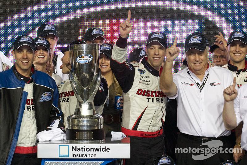 De 'victory lane': 2010 NASCAR Nationwide Series kampioen Brad Keselowski viert feest