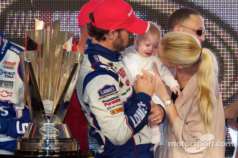 De 'victory lane': NASCAR Sprint Cup Series 2010 kampioen Jimmie Johnson, Hendrick Motorsports Chevrolet met zijn vrouw Chandra en dochter Genevieve Marie