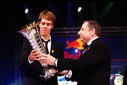 Президент FIA Жан Тодт с чемпионом Формулы 1 - Себастьяном Феттелем с трофеем чемпиона