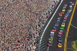 Start: Jeff Gordon, Hendrick Motorsports Chevrolet and Kurt Busch, Penske Racing Dodge lead the field