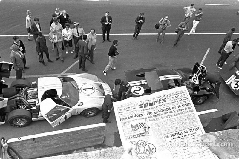 Equipo de Ford GT-40 en los pits de Le Mans, 1966: Ken Miles y Denny Hulme (1) segundo; Bruce McLaren y Chris Amon (2) ganadores; Dick Hutcherson y Ronnie Bucknum (5) terminaron tercero