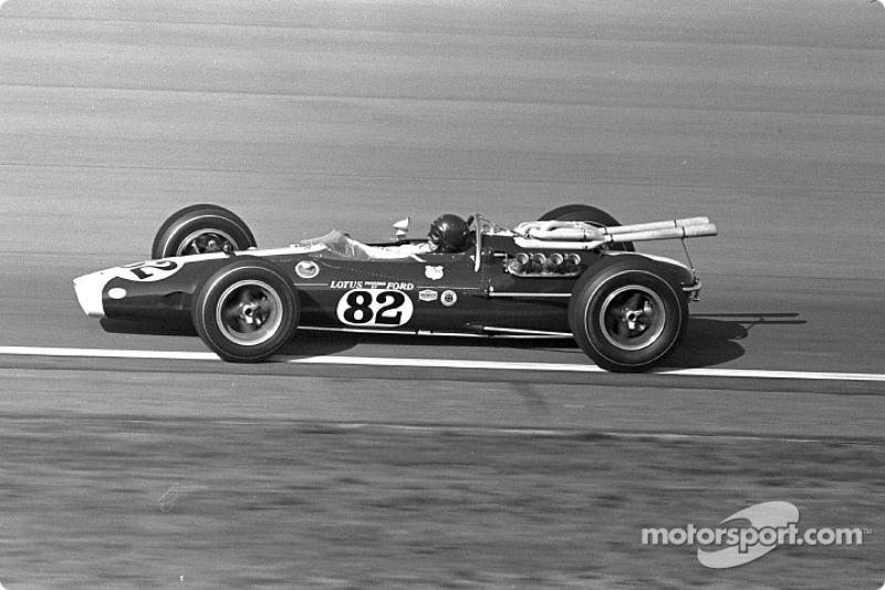 Jim Clark, Lotus-Ford, ganó la primera victoria de Indy 500 con Ford y el primer para un coche de motor trasero en 500