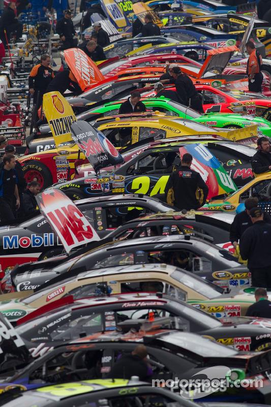 Les voitures dans les stands