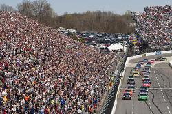 Start: Jamie McMurray, Earnhardt Ganassi Racing Chevrolet leads the field