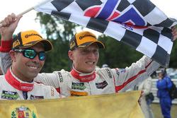 Race winnaars Alex Popow, Renger van der Zande, Starworks Motorsports