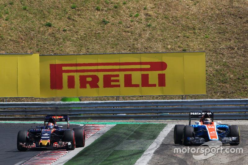 Pascal Wehrlein, Manor Racing MRT05 runs wide alongside Daniil Kvyat, Scuderia Toro Rosso STR11