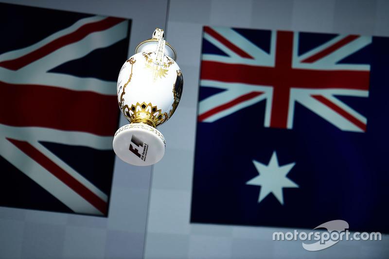 Трофей переможця гонки Льюїса Хемілтона, Mercedes AMG F1 на подіумі