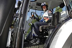 Jari-Matti Latvala, Volkswagen Motorsport con un tractor de competencia