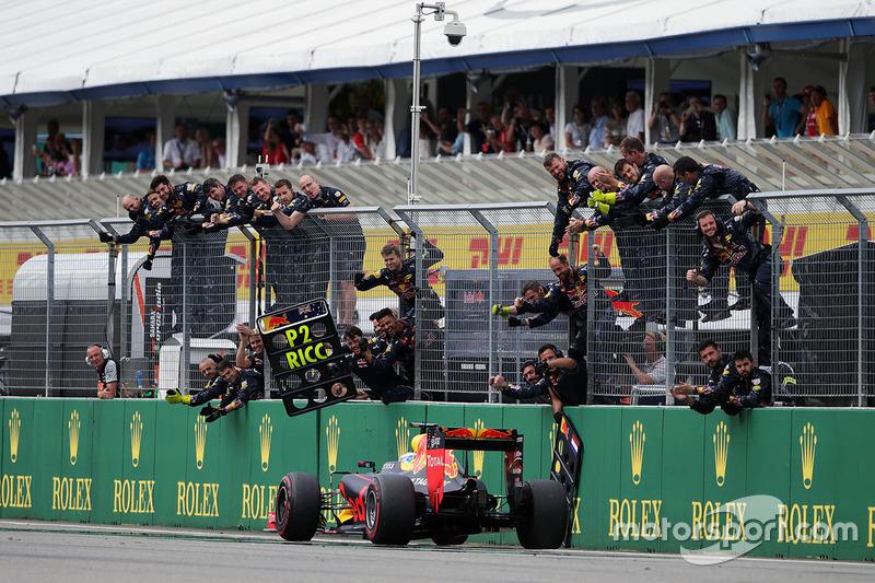 Daniel Ricciardo, Red Bull Racing RB12 festeggia il suo secondo posto alla fine della gara
