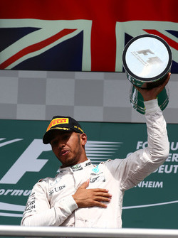 Podium: winnaar Lewis Hamilton, Mercedes AMG F1