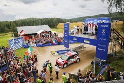 Подіум: переможці Кріс Мік, Пол Нейгл, Citroën World Rally Team, друге місце Ярі-Матті Латвала, Міікка Анттіла, Volkswagen Motorsport, третє місце Крейг Брін, Скотт Мартін, Citroën World Rally Team