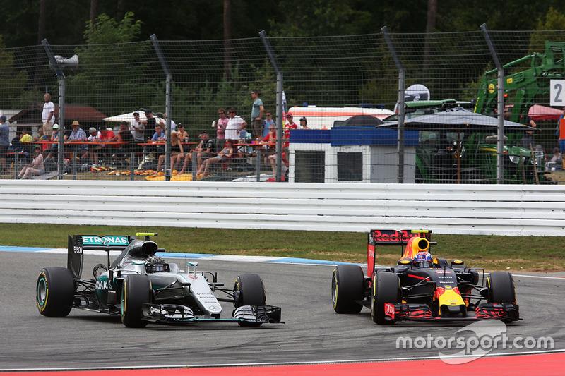 Nico Rosberg, Mercedes AMG F1 W07 Hybrid e Max Verstappen, Red Bull Racing RB12 lottano per la posizione