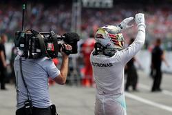 Победитель - Льюис Хэмилтон, Mercedes AMG F1 в закрытом парке