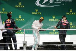 Champagner auf dem Podium: 1. Lewis Hamilton, Mercedes AMG F1; 2. Daniel Ricciardo, Red Bull Racing; 3. Max Verstappen, Red Bull Racing