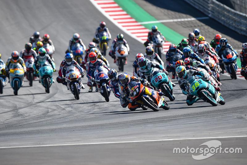 Brad Binder, Red Bull KTM Ajo führt nach dem Start zum Rennen