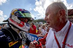 Winnaar Pierre Gasly, PREMA Racing met Dr. Helmut Marko