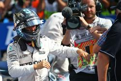 Il vincitore della gara Nico Rosberg, Mercedes AMG F1 nel parco chiuso