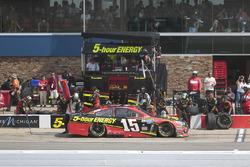 Clint Bowyer, HScott Motorsports Chevrolet, pit action