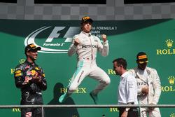 Podium (L naar R): Daniel Ricciardo, Red Bull Racing, tweede; Nico Rosberg, Mercedes AMG F1, racewinnaar; Lewis Hamilton, Mercedes AMG F1, derde