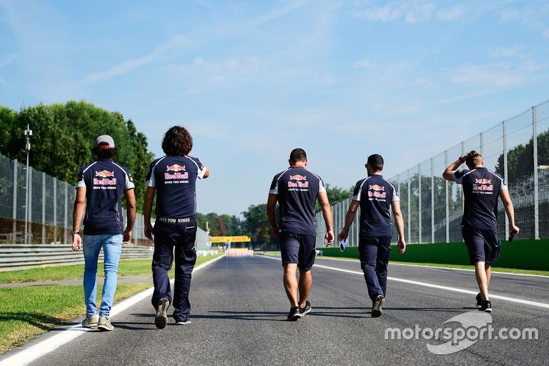 Carlos Sainz Jr., Scuderia Toro Rosso caminan por el circuito con el equipo