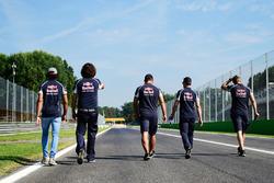 Carlos Sainz Jr., Scuderia Toro Rosso ispeziona il circuito con il team