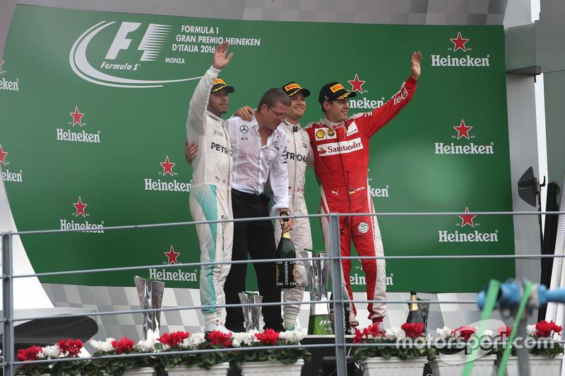 Podio: Lewis Hamilton, Mercedes AMG F1 Team, Nico Rosberg, Mercedes AMG F1 Team e Sebastian Vettel, Scuderia Ferrari