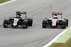 Daniil Kvyat, Scuderia Toro Rosso STR11 y Esteban Gutiérrez, equipo de F1 de Haas VF-16 Batalla de posición