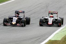 Zweikampf: Daniil Kvyat, Scuderia Toro Rosso STR11; Esteban Gutierrez, Haas F1 Team VF-16